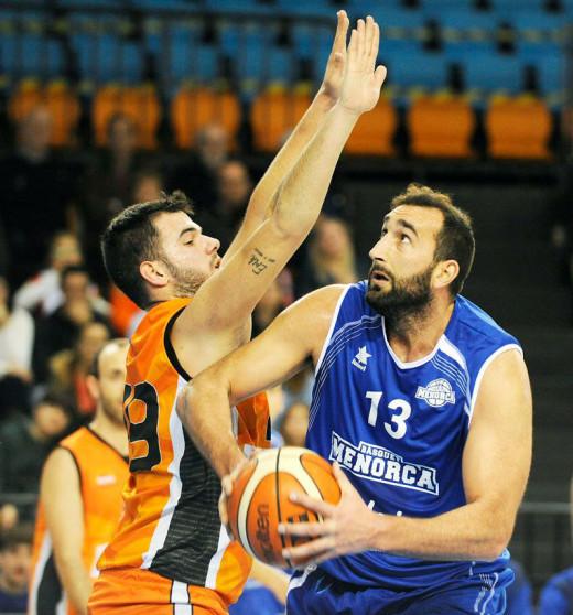 Jan Orfila trata de anitar ante el Mataró (Foto: Tolo Mercadal)