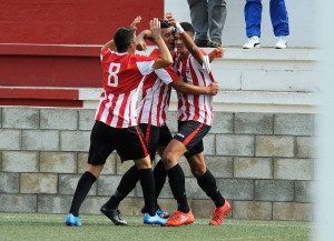 Chris, a la derecha, celebra un gol con el Mercadal (Foto: Tolo Mercadal)