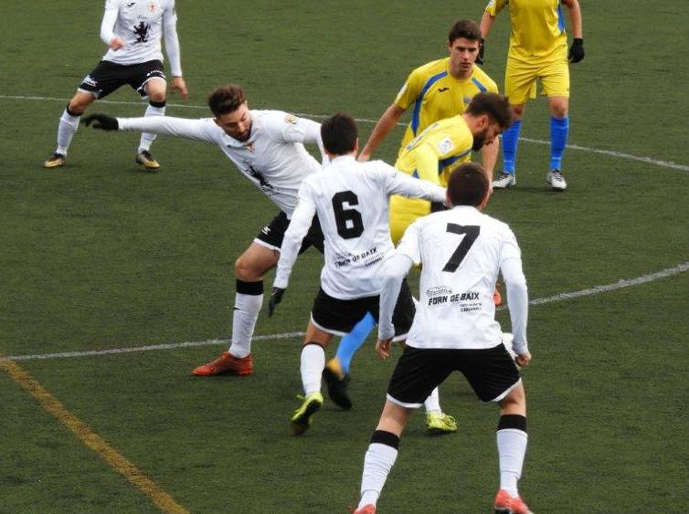 Juanan y Rubén Carreras pelean por un balón (Foto: futbolbalear.es)