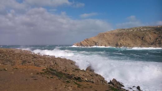 Las olas y el viento dificultarán el tráfico marítimo