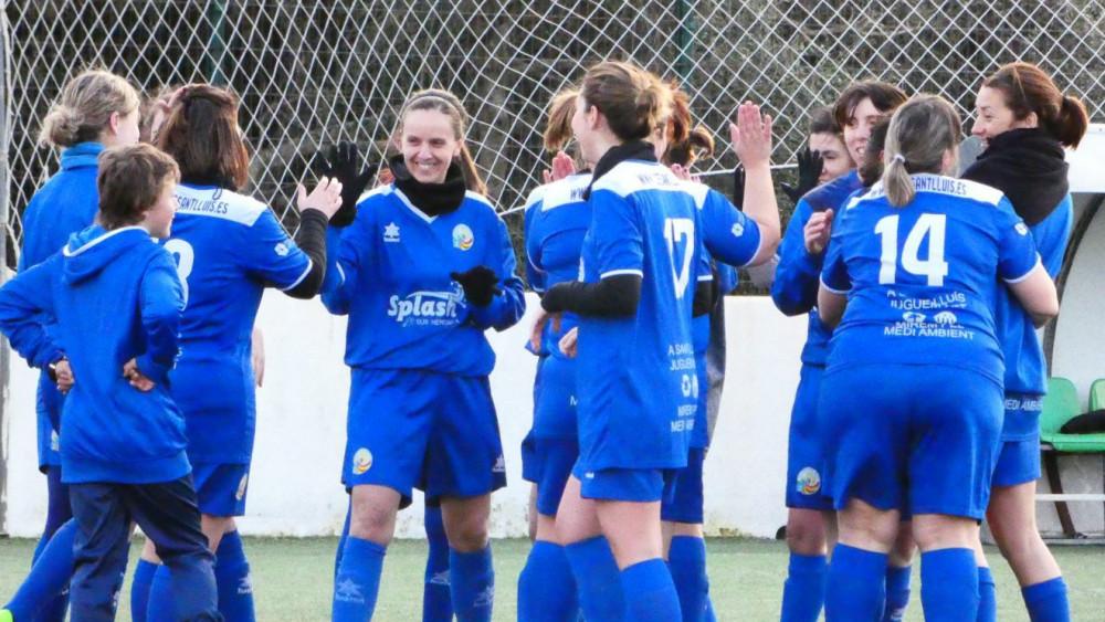 Piña de las jugadoras del Sant Lluís (Fotos: Carla Serrano Seguí-CCE Sant Lluís)