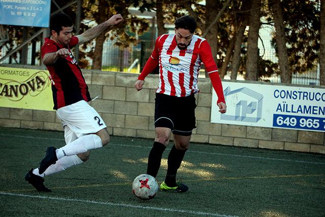 Rubén Carreras trata de superar la entrada de Iván (Fotos: deportesmenorca.com)
