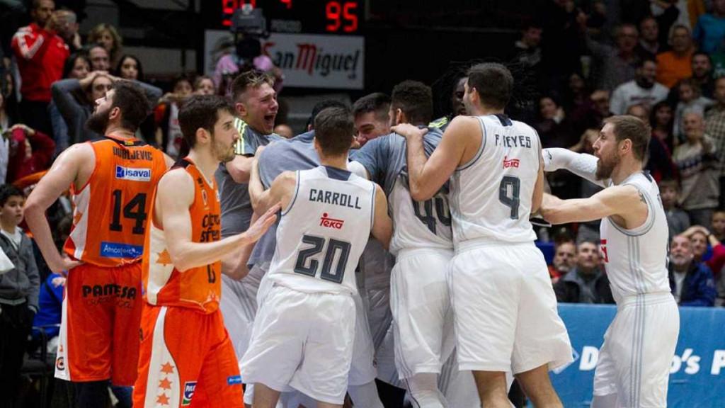Jugadores del Real Madrid abrazando a Llull tras el triple.