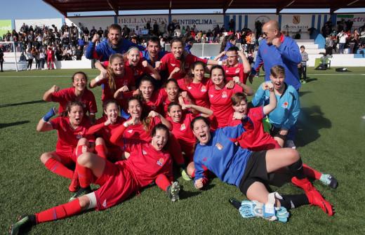 Paula Sintes, a la izquierda en tercera fila, celebrando la clasificación (Foto: ffib.es)