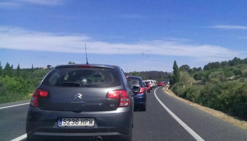 Cola de coches en la carretera general (Foto: Tolo Mercadal)