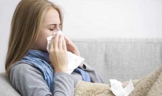 Una mujer con síntoma de la gripe.