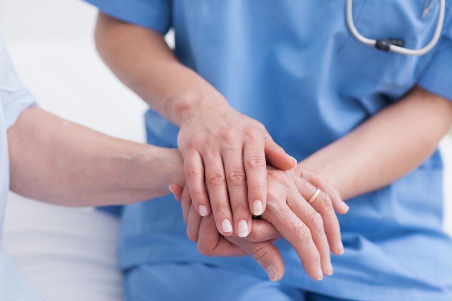 Una enfermera atiende a un paciente.