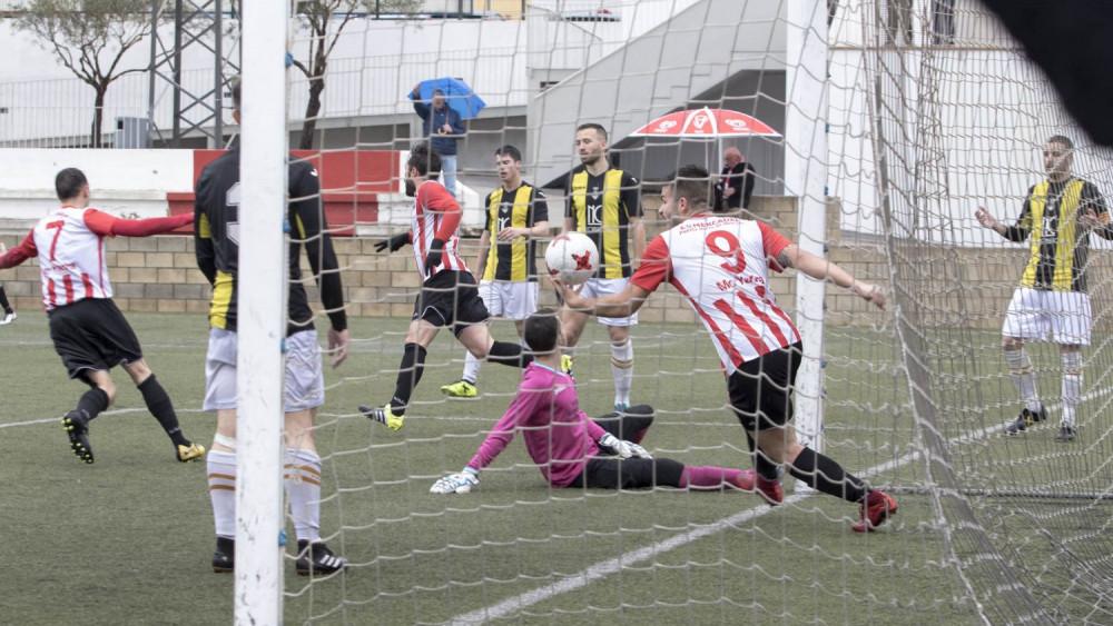 Celebración de uno de los goles del Mercadal (Fotos: Karlos Hurtado)