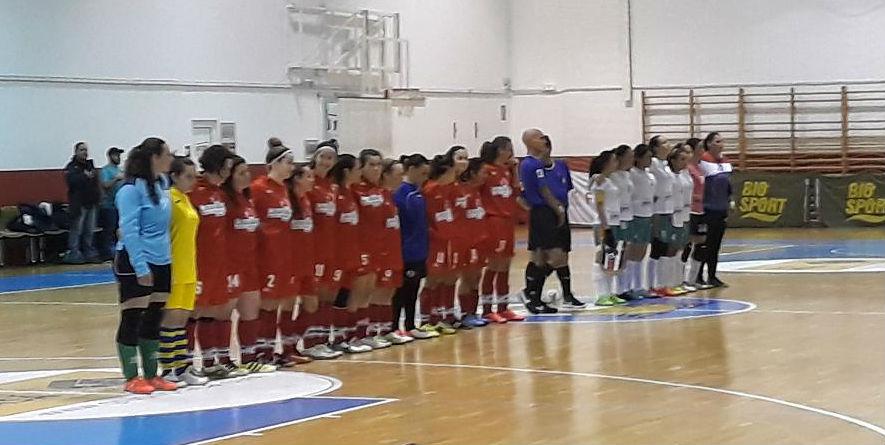 Los dos equipos, durante la presentación del partido.