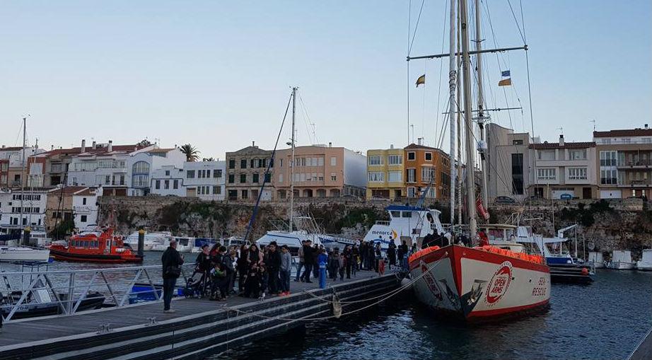 Visitantes junto al velero en el puerto de Ciutadella (Fotos: Ajuntament de Ciutadella)