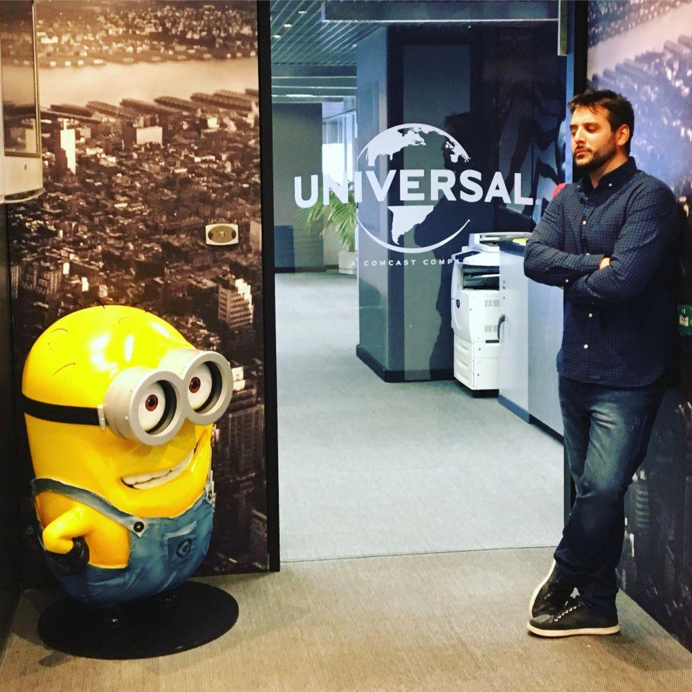 El locutor/doblador acudió a las oficinas de Universal para el doblaje del trailer.