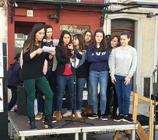 Las jugadoras, leyendo el manifiesto (Foto: Ajuntament de Maó)
