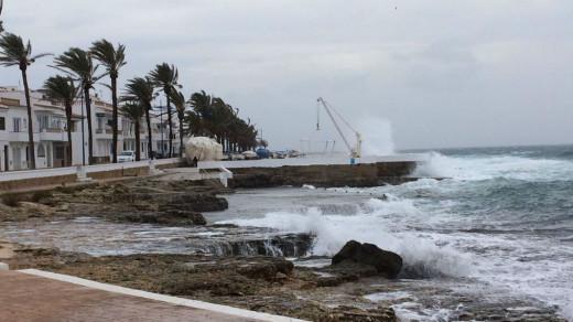Cortan a la circulación algunas calles de S'Algar por el fuerte temporal