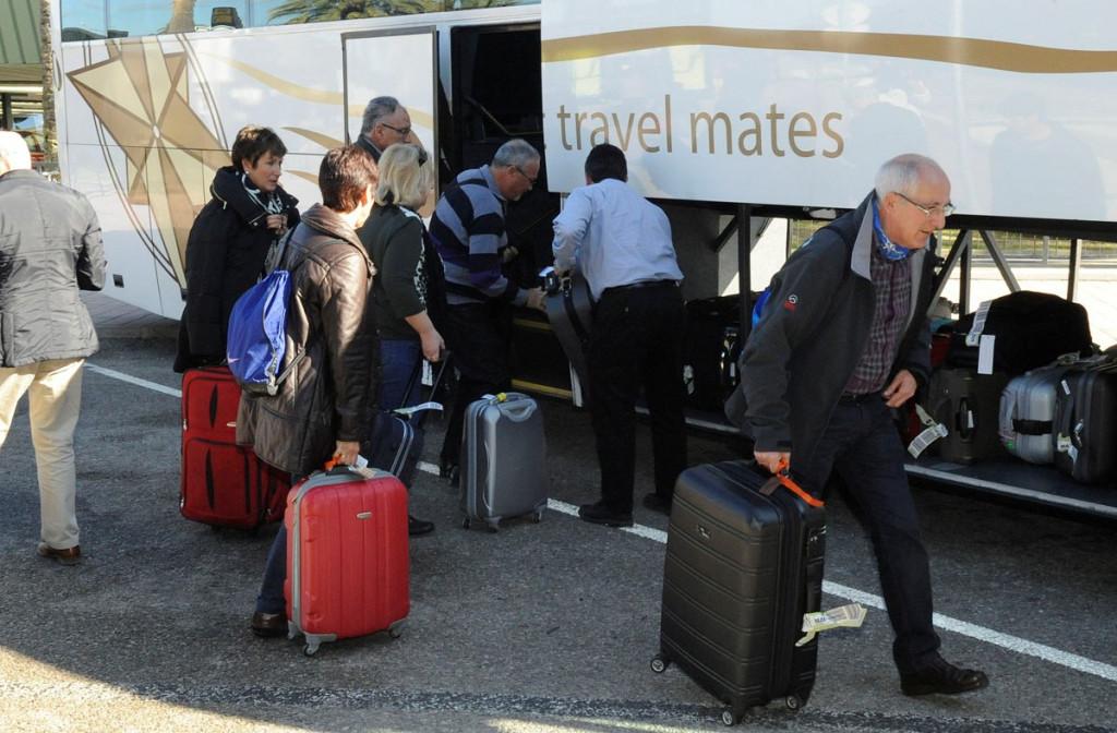Turistas a su llegada a Menorca.