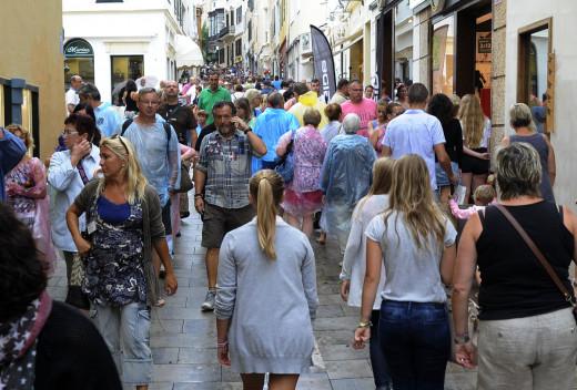 Turistas y residentes en el centro de Maó.