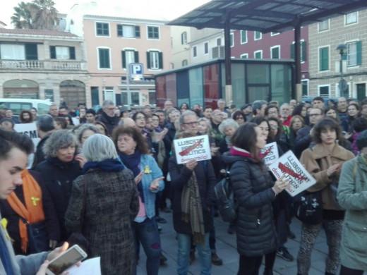 (Fotos) 300 personas claman en Maó por la libertad de los presos políticos