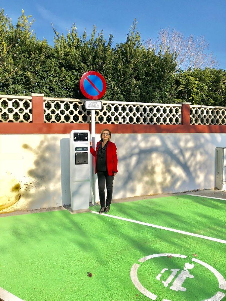La alcaldesa Coia Sugrañes, en el punto de recarga.