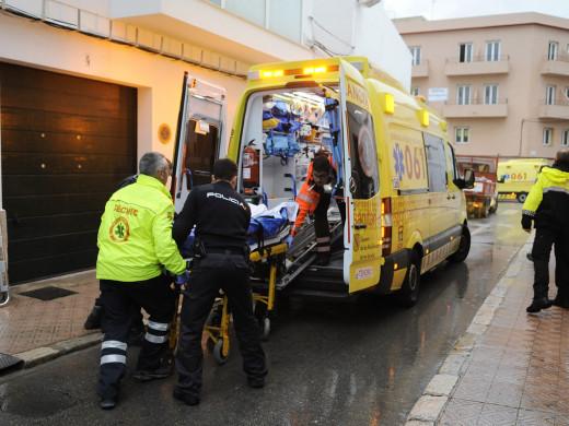 Sanitarios trasladando a un herido en Maó.