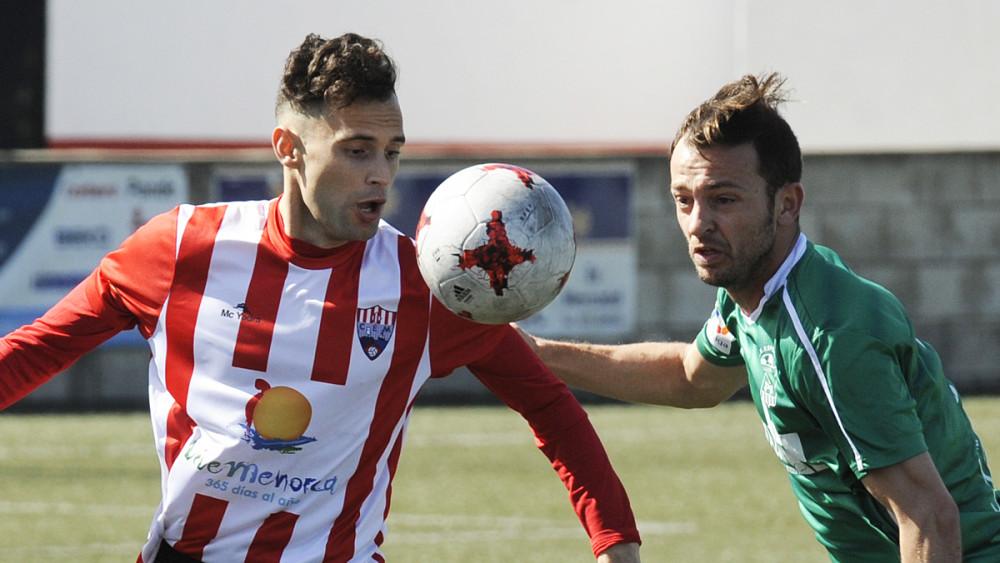 Luis disputa un balón ante un defensor (Fotos: Tolo Mercadal)