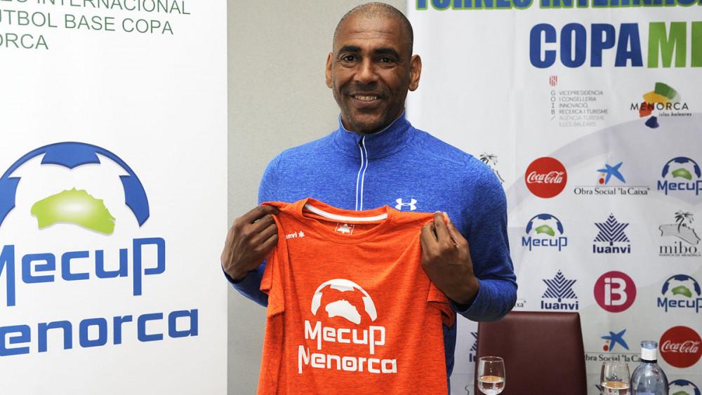 Engonga, posando con la camiseta de la Mecup.