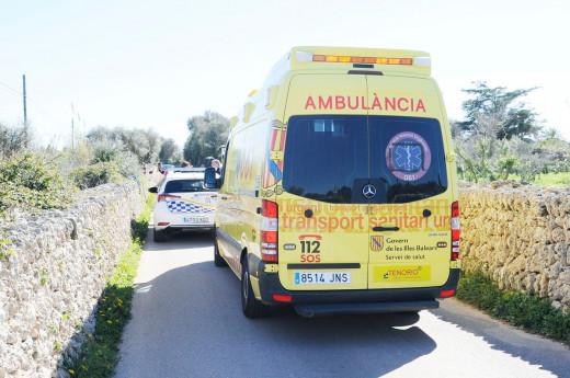 Ambulancia en la carretera de Llucmaçanes.