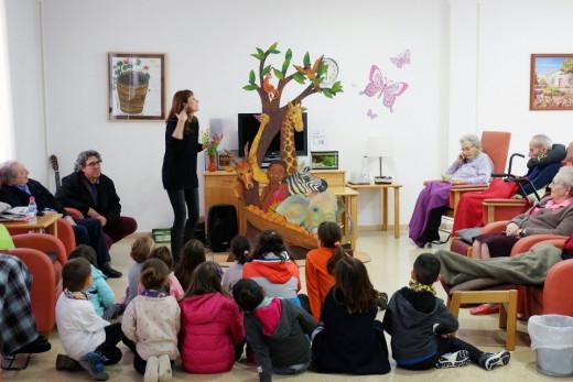 """La primera jornada del programa """"Abril, contes mil"""" se celebró en la Plaza de España y en el centro geriátrico de Ferreries."""