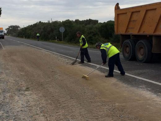 Personal de mantenimiento de la carretera trabajaban duro para volver a abrir el tráfico entre el tramo afectado.