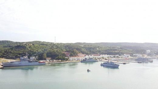 Los buques participantes en la maniobras ya se encontraban esta mañana en el puerto de Maó. Foto: Juan Valdelvira