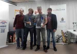 Joan Cubas, con el trofeo.