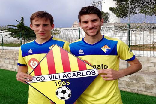 Simón Vidal y Adri Mercadal, posando con el escudo del Atlético Villacarlos (Foto: deportesmenorca.com)