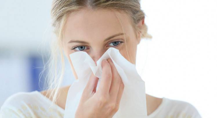Una mujer con alergia.