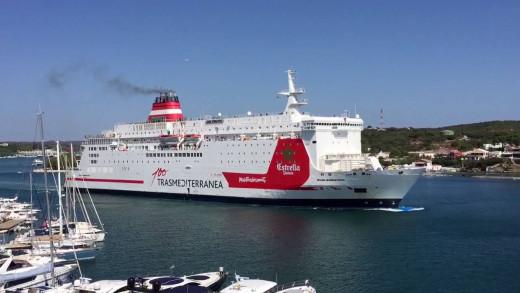 Buque de la Trasme en el puerto de Maó (Foto: Tolo Mercadal)