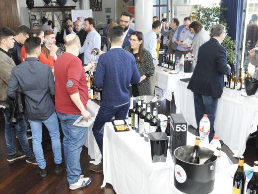 (Fotos) Largas colas para catar los mejores vinos para la Isla