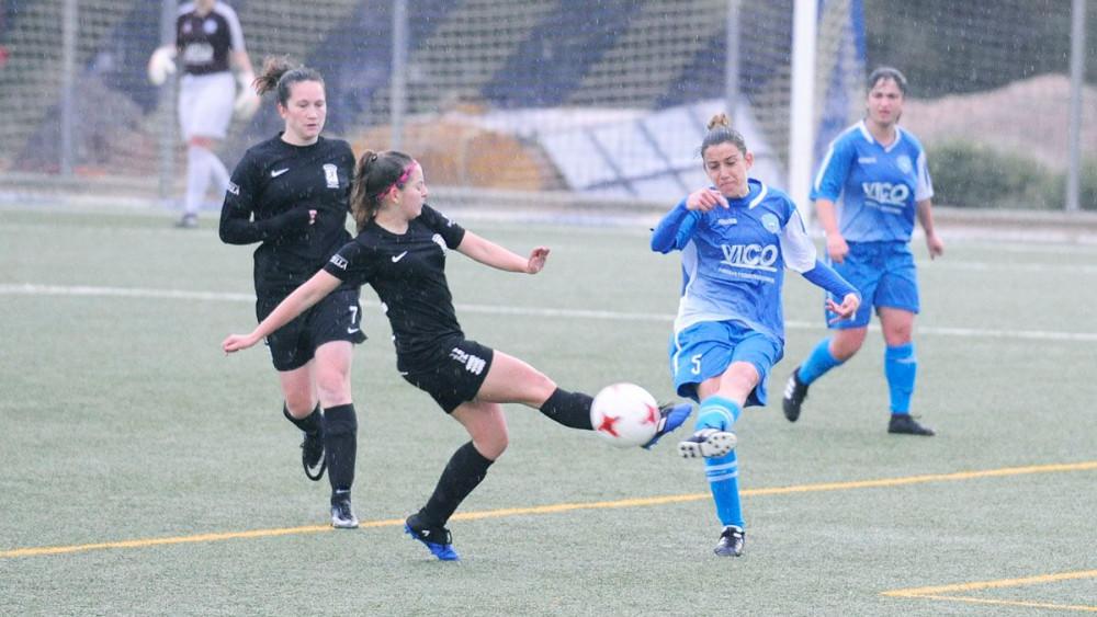 Clara Villanueva golpea la pelota (Fotos: Tolo Mercadal)