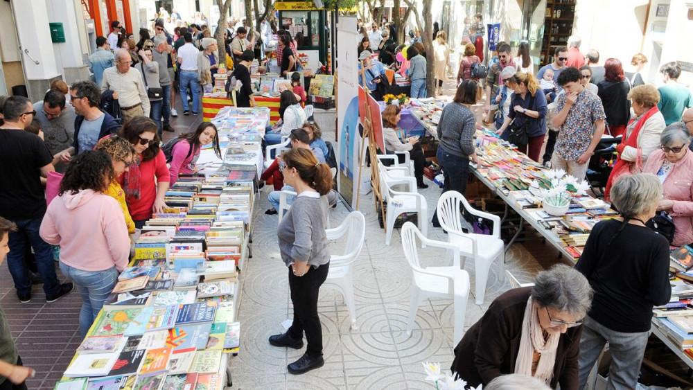 Paradas y compradores en Maó (Fotos: Tolo Mercadal y Ajuntament de Ciutadella)