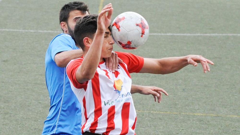 Toni Sintes despeja un balón ante un jugador del Ferriolense (Fotos: Tolo Mercadal)w