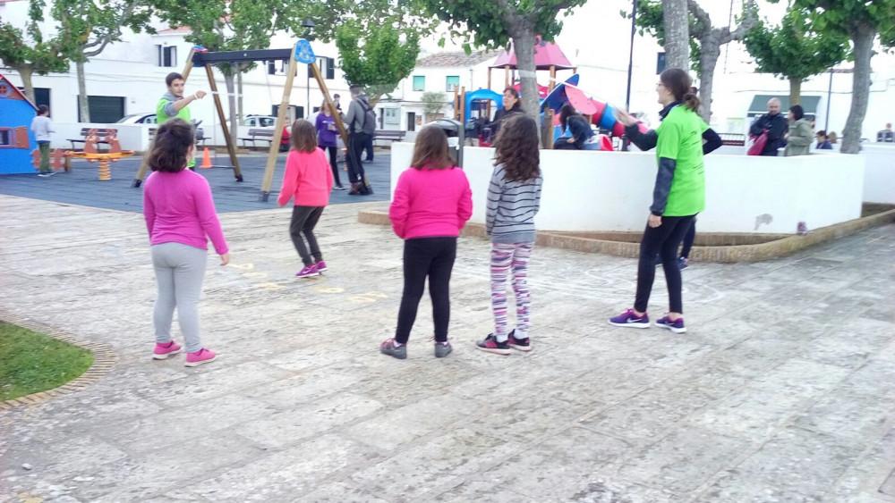 Niños y niñas jugando en la Plaça Nova (Fotos: Ajuntament de Sant Lluís)