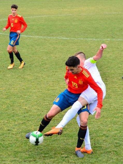 Xavi Sintes protege un balón.