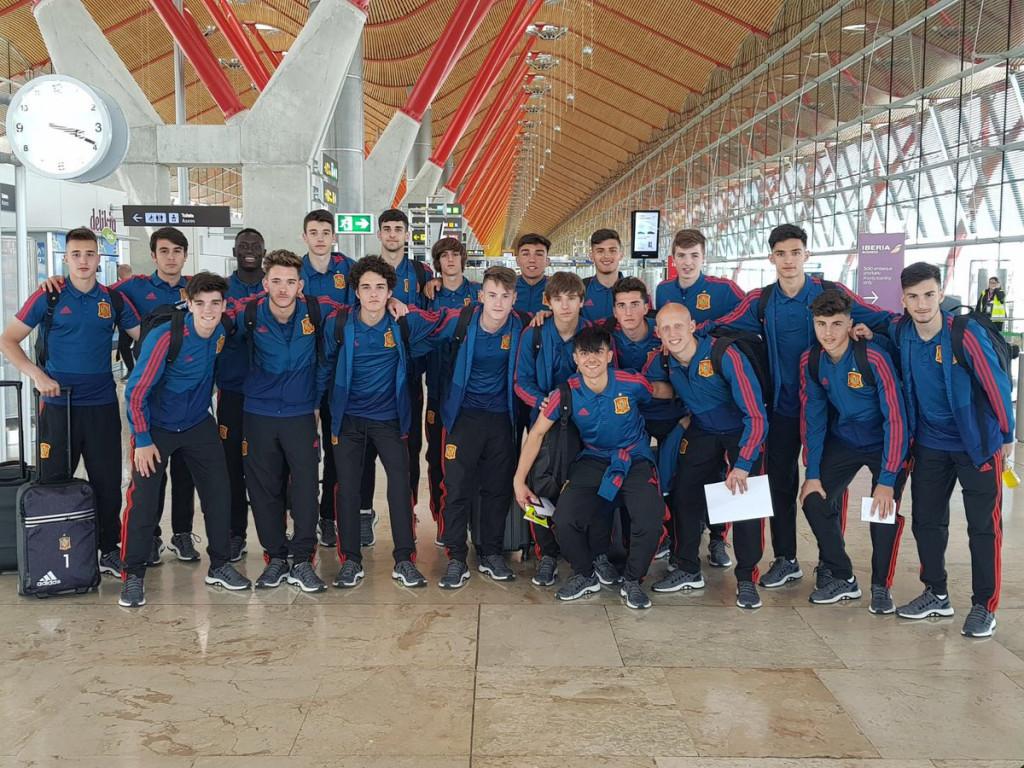 Sintes, arriba el quinto por la izquierda, antes de subirse al avión (Foto: Selección Española)