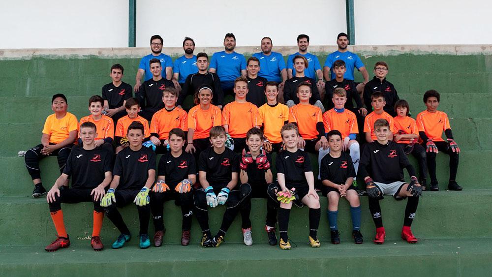 Foto de familia de entrenadores y participantes (Fotos: Escuela Porteros Menorca)