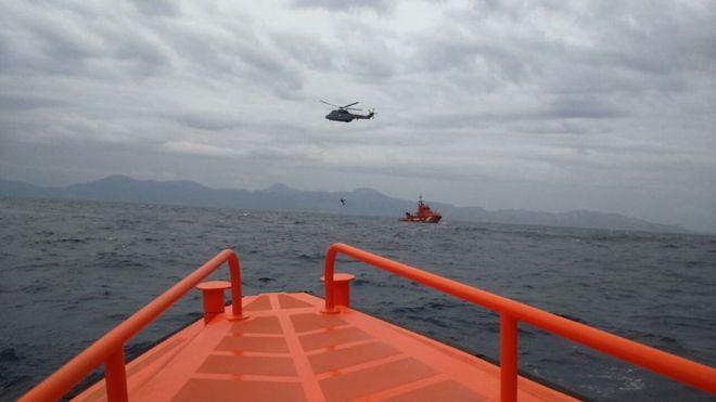 Efectivos de Salvamento Maritimo conducirán el cadáver y el barco a Ibiza.