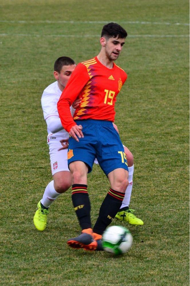Xavi Sintes controla un balón.