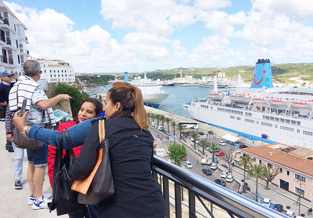 Cruceros en el puerto de Maó. Foto: Tolo Mercadal