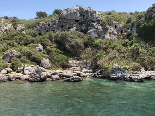 (Fotos) Aparecen pintadas en Cales Coves