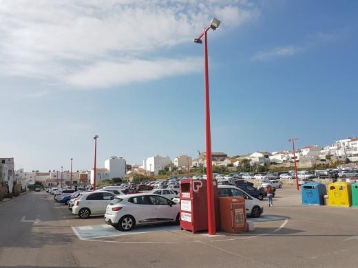 Las nuevas farolas miden siete metros y están pintadas de rojo para evitar golpes.