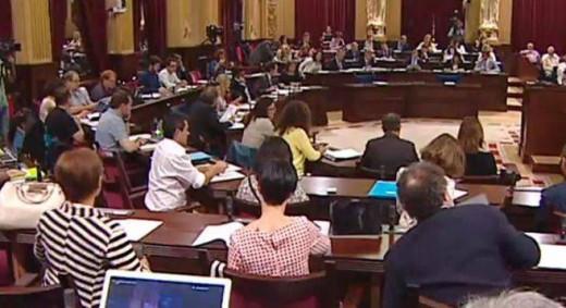 Imagen de un Pleno en el Parlament balear