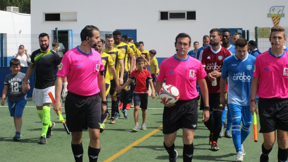 Salida al campo de los jugadores en el partido de ida (Foto: futbolbalear.es)