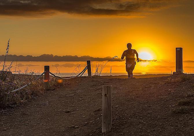 Un corredor en la Trail Menorca Camí de Cavalls (Foto: Marta Bacardit)
