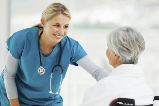 Visita de una enfermera a un paciente.