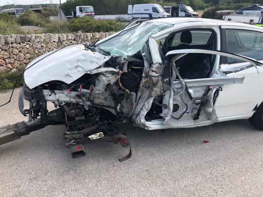 Imagen del estado en el que quedó el vehículo en el que viajaban los tres heridos. Foto: Tolo Mercadal